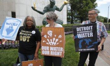 Foto: Kanādieši protestē un bankrotējušos Detroitas iedzīvotājus nodrošina ar ūdeni