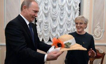 ФОТО: Путин подарил Алисе Фрейндлих на 80-летие соломенную шляпу и цветы