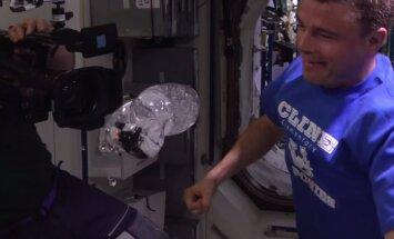 Video: Astronauti eksperimentē ar ūdeni bezsvara stāvoklī