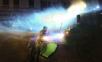 Foto: Hamburgas protestos policija izmanto ūdensmetējus un asaru gāzi