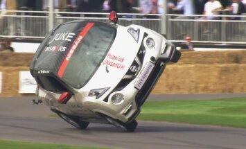 Video: 'Nissan Juke' uzstādījis Ginesa rekordu braukšanā uz diviem riteņiem