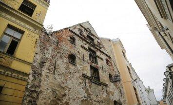 ФОТО: В Вецриге частично обрушилась развалина на улице Пейтавас