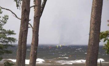 Video: Virpuļstabs sakuļ ūdeņus Saulkrastu pludmalē