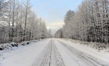Vidzemē un Latgalē sniegs un apledojums apgrūtina braukšanu