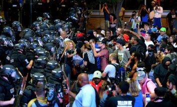 Otrajā protestu naktī Šarlotā deviņi ievainoti, 44 aizturēti