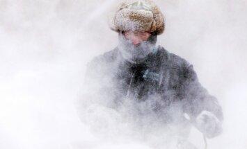 Spelgonis ASV: krīt aukstuma rekordi, izbēdzis cietumnieks padodas, lai tiktu siltumā