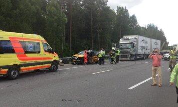 Pie Baltezera avarējušas piecas automašīnas; četri cietušie (plkst.13.40)