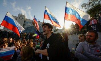Foto: Navaļnija atbalstītāji Putina dzimšanas dienā rīko plašus protestus