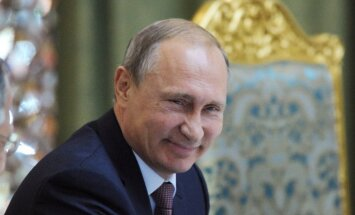 Художница подарила Путину его портрет, написанный голой грудью