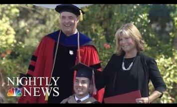 Sieviete ASV saņem universitātes diplomu par to, ka ikdienā lekcijas klausījās ar savu paralizēto dēlu