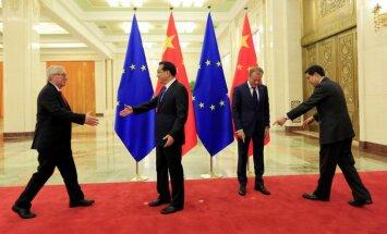 Junkers un Tusks Ķīnā cenšas sakārtot ekonomikas jautājumus