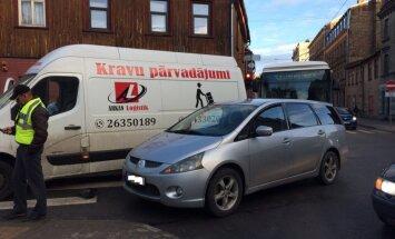 Foto: Rīgā avarē trolejbuss un divas vieglās automašīnas