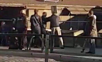 Video: 'Rīgas satiksmes' kontrolieri pieturā iekausta 15. trolejbusa pasažieri