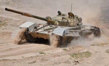 ASV lidmašīnas bombardē Asada tanku konvoju