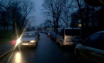 Stīvēšanās šaurā Rīgas ielā: Ietiepīga šofera dēļ pārējiem jābrauc pa zālāju