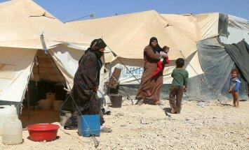 ES gatavo plānu uzņemt 200 000 bēgļu no nometnēm pie Sīrijas, raksta 'Financial Times'