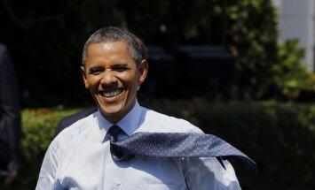 Obama iegādājies 20 picas; īpašnieks apskauj un paceļ prezidentu