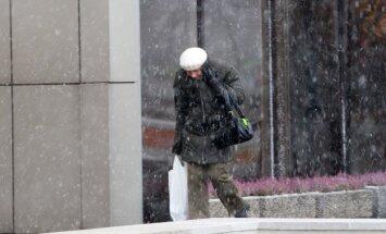 Pirmdien daudzviet snigs slapjš sniegs