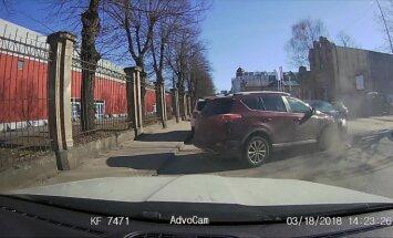 Video: Neuzmanīgs 'Toyota' šoferis Rīgā pamet stāvvietu un avarē