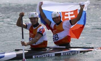 Slovāku brāļi uzvar olimpiskajā kanoe slalomā divnieku ekipāžām; spāniete Šuro uzvar smailītēs