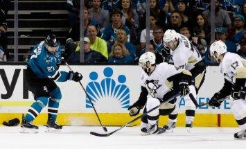 'Sharks' atspēlējas un pagarinājumā gūst pirmo uzvaru NHL finālsērijā