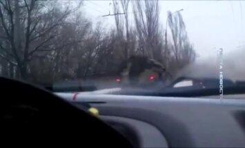 Video: Luhanskas apgabalā atkal pamanīta Krievijas militārās tehnikas kolonna