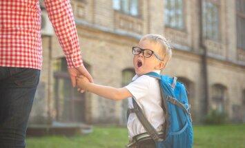 Samulsis, bailīgs un priecīgs – pirmklasnieks pošas skolai. Ko vērts zināt vecākiem