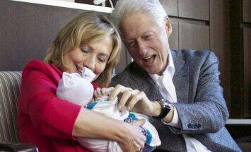 Foto: Klintonu pāris jau parāda savu mazbērnu