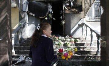 Mariupolē turpinās sadursmes un piemin bojāgājušos