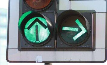 Baltkrievijas pilsoņus soda par Latvijas karodziņu tirgošanu autovadītājiem sastrēgumos