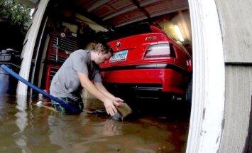 Video: Hjūstonas iedzīvotājs dokumentē savu trīs BMW glābšanu no plūdiem