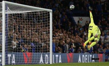 Chelsea keeper Thibaut Courtois fails shot from Liverpool Jordan Henderson