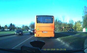 ВИДЕО: В Сигулде Audi решил обогнать автобус и попал в ДТП