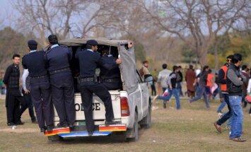 Foto: Islāmābādā policija tvarsta nelegālos pūķu laidējus