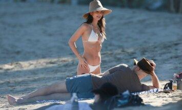 Foto: Draiskā Ratadžkovski bikini laiskojas pludmalē