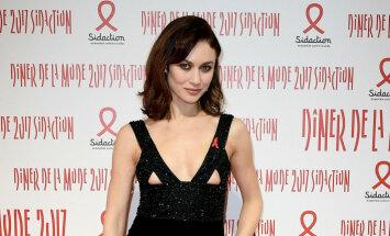 Daiļā Kuriļenko AIDS labdarības vakariņās izrāda krūtis