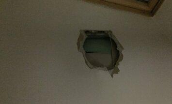 Foto: Dzīvokļa saimnieks Rīgā sastop caur griestiem ielīdušus zagļus