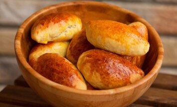 Pīrāgi un speķa rauši svētku mielastam: kā tos pagatavot mīkstus un sulīgus