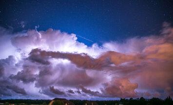 Фантастически красивые кадры: молния и звездный дождь