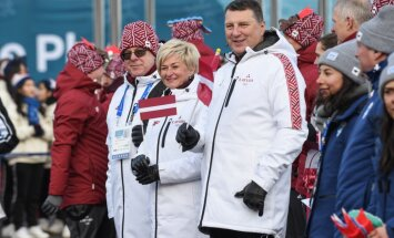 ФОТО: Президент Вейонис поднял латвийский флаг в олимпийской деревне