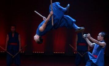 Foto: Kungfu laikmetīgās dejas meistari ar izrādi 'Durvis' pārsteidz publiku Rīgā