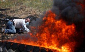 Foto: Melnos riepu dūmu mutuļos palestīnieši protestē pret vēsturisko zemju atņemšanu