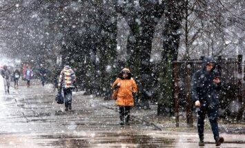 В пятницу ожидается дождь, на востоке страны - снег и метель