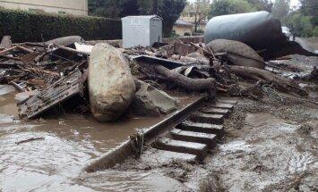 Dubļu straumes Kalifornijā noposta mājas; pieci cilvēki gājuši bojā