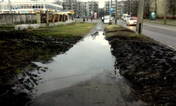Foto: Uz ietves Prūšu ielā - bīstami liela peļķe (ar RD komentāru)
