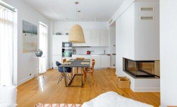 ФОТО: Гармония дерева и красок в современной квартире в Булдури (и синий ковер с совой!)