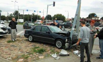 ФОТО: В Пурвциемсе водитель Mercedes не справился с управлением и протаранил столб