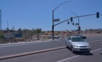 Video: 'Google' bezpilota auto ASV iekļūst satiksmes negadījumā
