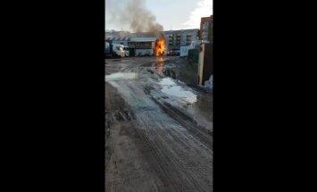 Video: Slokas ielā ar atklātu liesmu deg māja