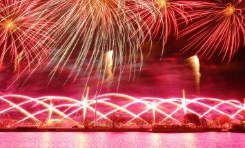 Foto: Ar krāšņu uguņošanu noslēdzas Latvijas 99. gadadienas svinības